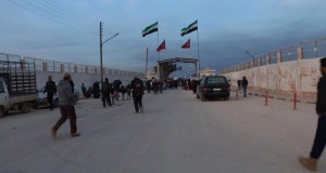 نازحون سوريون على معبر باب السلامة الحدودي مع تركيا / ألوان