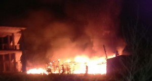 الحريق الذي تم إضرامه في مخيم حصنية للاجئين السوريين في عكار شمال لبنان/راديو ألوان