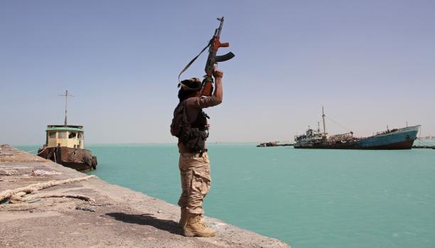 الحوثيون يهددون بإغلاق ممر بحري دولي في البحر الأحمر